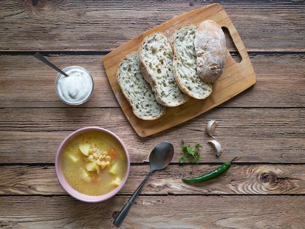 Soupe aux pois dans un bol sur une table en bois. cuisine rustique.