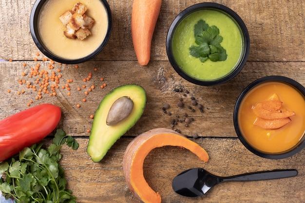 Soupe aux pois, soupe à la citrouille, cuillère et persil