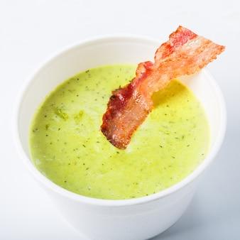 Soupe aux pois verts de printemps avec bacon