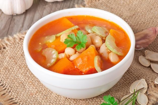 Soupe aux tomates avec citrouille, haricots et céleri