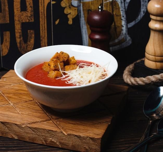 Soupe aux tomates avec craquelins et fromage râpé 1