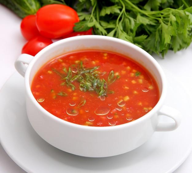 Soupe aux tomates avec des craquelins et des herbes