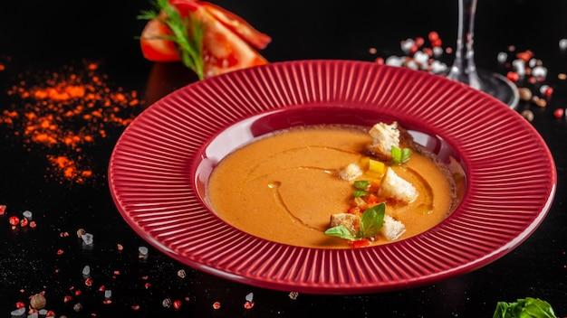 Soupe aux tomates gaspacho de tomates fraîches.