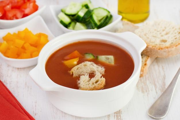 Soupe aux tomates avec légumes et pain