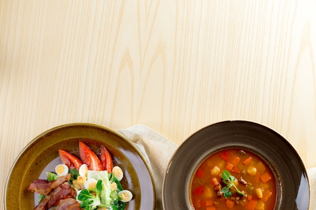 Soupe aux tomates sur table en bois, vue de dessus
