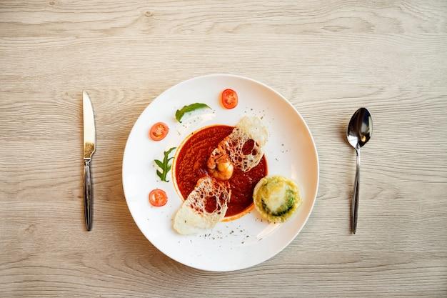 Soupe aux tomates sur la table de la cuisine au café