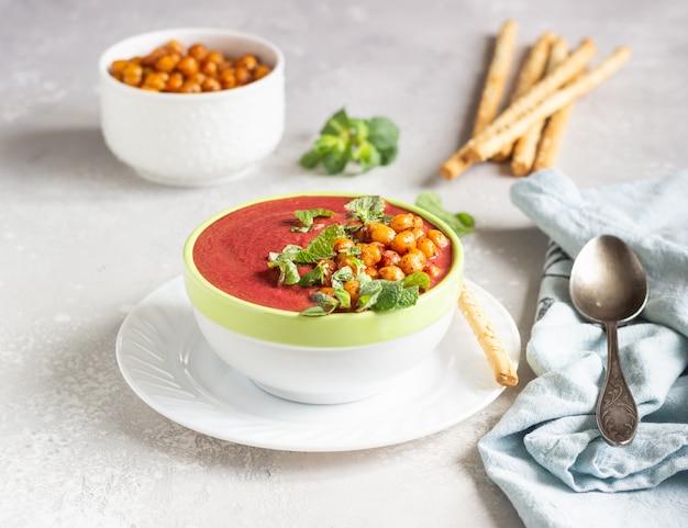 Soupe de betterave detox à la menthe, lait de coco et pois chiches cuits au four.