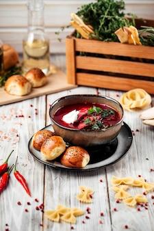 Soupe de betterave russe bortsch aux betteraves et petits pains