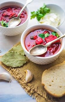 Soupe de betterave ukrainienne traditionnelle