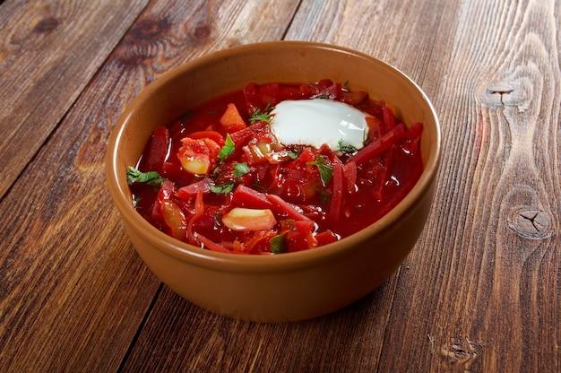 Soupe de betteraves rouges ukrainienne et russe (bortsch) à l'ail et à la crème sure.