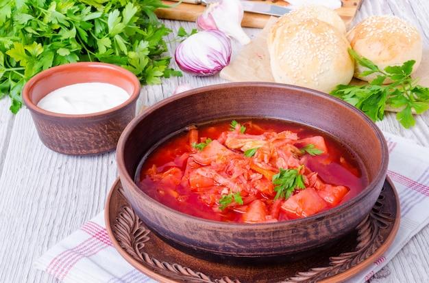 Soupe de betteraves russe et ukrainienne traditionnelle avec petits pains faits maison