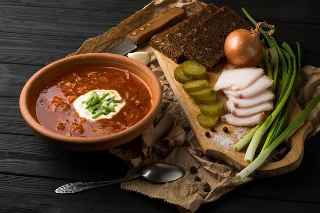 Soupe borsch sur la table en bois sombre