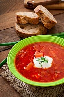 Soupe bortsch aux légumes rouges