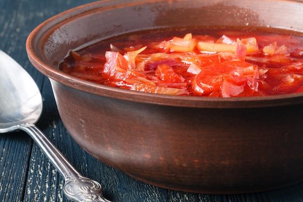 Soupe de bortsch aux légumes russe ukrainien traditionnel sur l'ancienne surface en bois