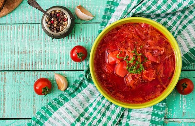 Soupe de bortsch aux légumes russe ukrainien traditionnel sur bol vert.