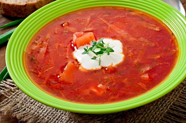 Soupe de bortsch aux légumes russe ukrainien traditionnel sur une vieille table en bois