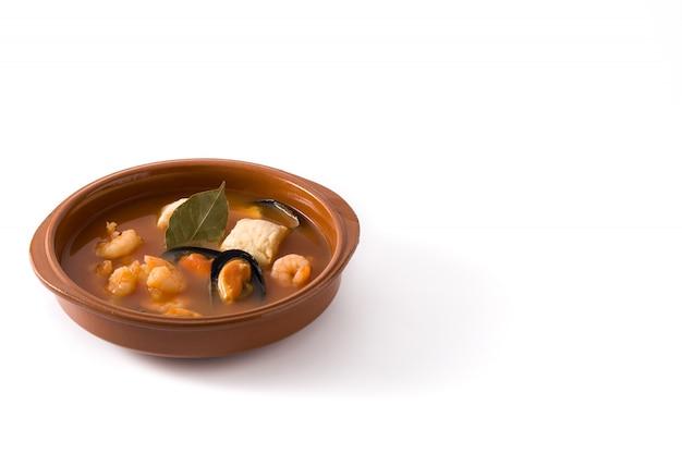 Soupe bouillabaisse française dans un bol