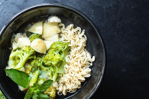 Soupe de brocoli légumes chou-fleur dans une assiette sur la table premier cours repas sain copie espace
