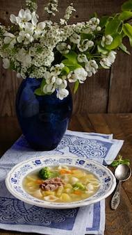 Soupe de canard et vase à fleurs