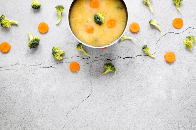 Soupe de carottes et de brocoli dans un bol