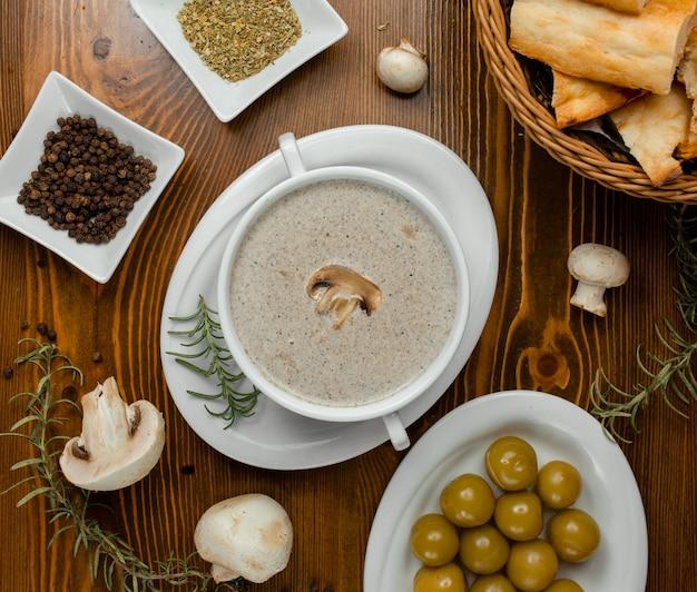 Soupe de champignons au romarin et pain.