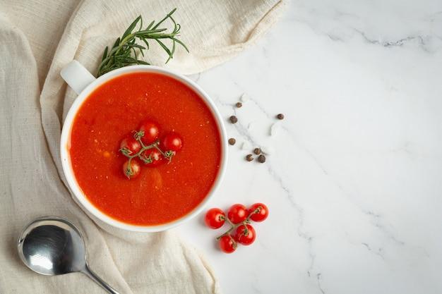 Soupe chaude aux tomates servie dans un bol