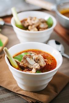 Soupe chaude et épicée avec des côtes de porc