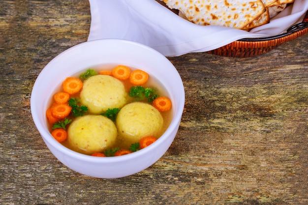 Soupe chaude faite maison de boules de matzo dans un bol de la pâque juive