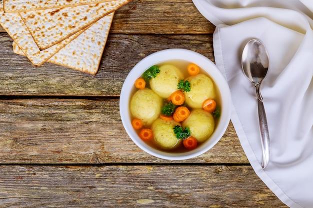Soupe chaude faite maison de boules de matzo dans un bol