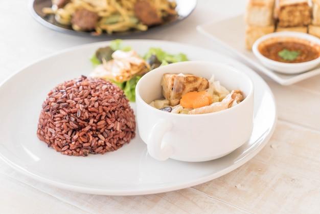 Soupe de chou farcie au riz aux baies et au tofu