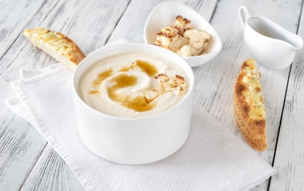 Soupe de chou-fleur au beurre noisette et toasts au fromage