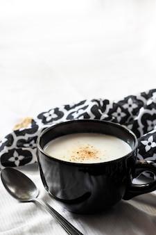 Soupe de chou-fleur (crème du barry) dans un bol noir