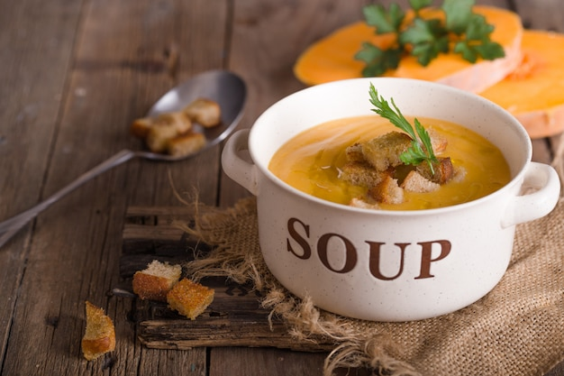 Soupe à la citrouille. soupe végétarienne aux graines de citrouille dans un bol sur une table en bois, vue du dessus