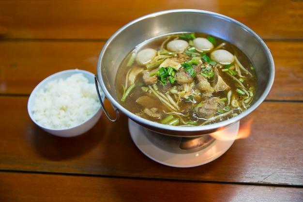 Soupe claire chinoise ragoût de bœuf et boulettes de viande