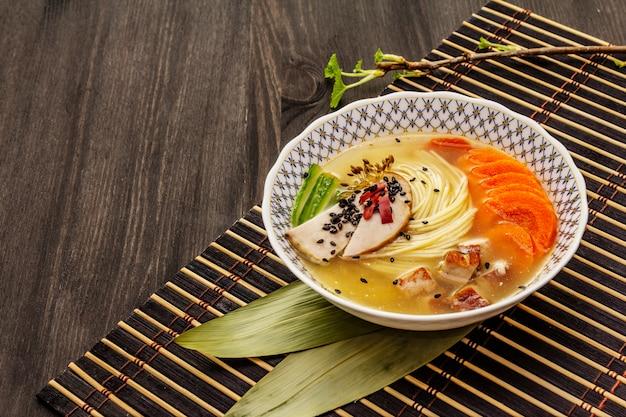 Soupe coréenne de nouilles au poulet fumé et légumes. plat épicé chaud pour un repas sain