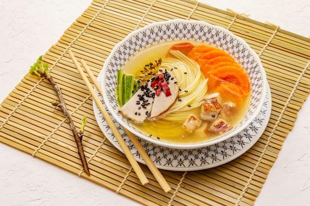 Soupe coréenne de nouilles au poulet fumé et légumes. plat épicé pour un repas sain