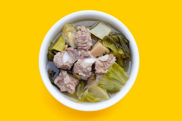 Soupe de côtes de porc au chou mariné ou aux feuilles de moutarde