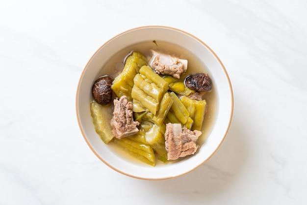 Soupe de courge amère avec côtes levées de porc - cuisine asiatique