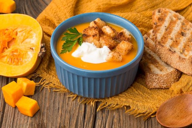 Soupe à la courge d'hiver avec du pain grillé et des croûtons