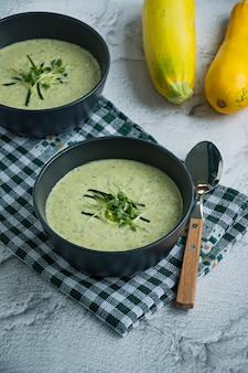 Soupe de courgettes garnie d'herbes.