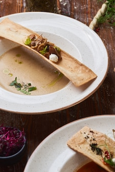 Soupe à la crème de champignons sur une table en bois