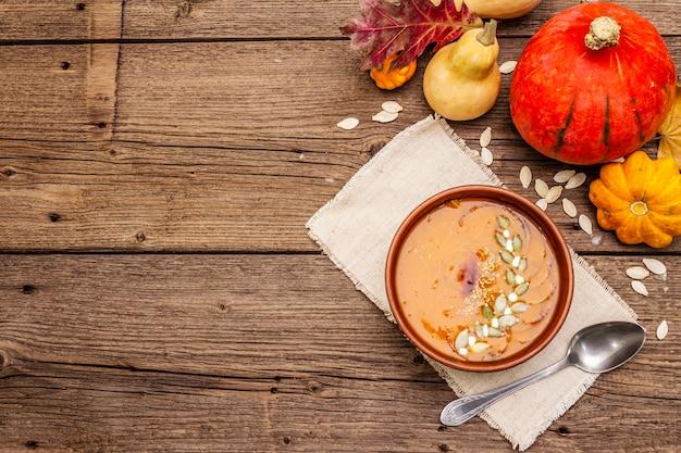 Soupe à la crème de citrouille d'automne. ingrédients traditionnels, concept d'aliments sains.