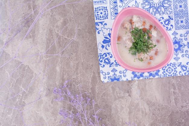 Soupe à la crème écrasée aux haricots et herbes