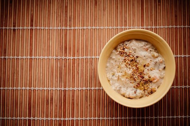 Soupe à la crème épaisse aux champignons et épices pour une alimentation saine, un service de livraison de nourriture et un concept de commande en ligne