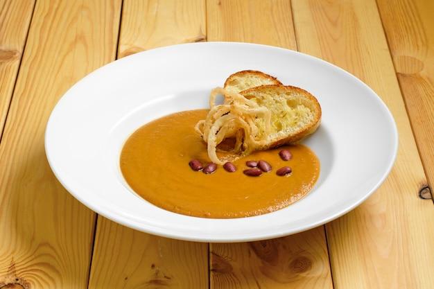 Soupe à la crème de haricots et croûtons