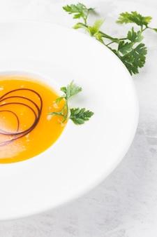 Soupe à la crème de légumes à angle élevé