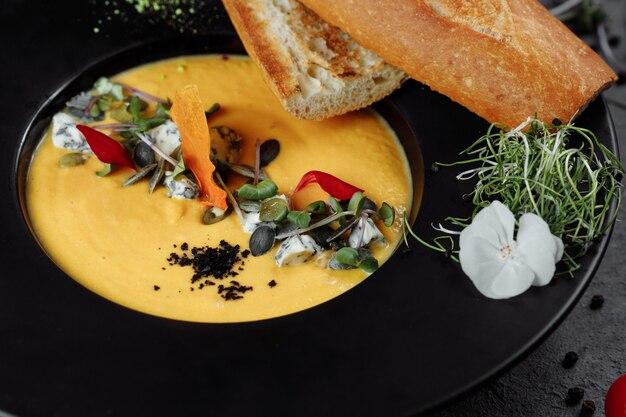 Soupe à la crème de potiron d'automne au bleu doré