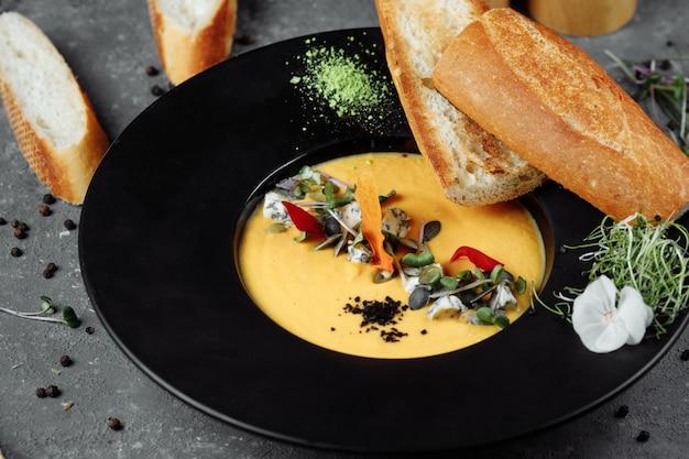 Soupe à la crème de potiron d'automne au bleu doré.