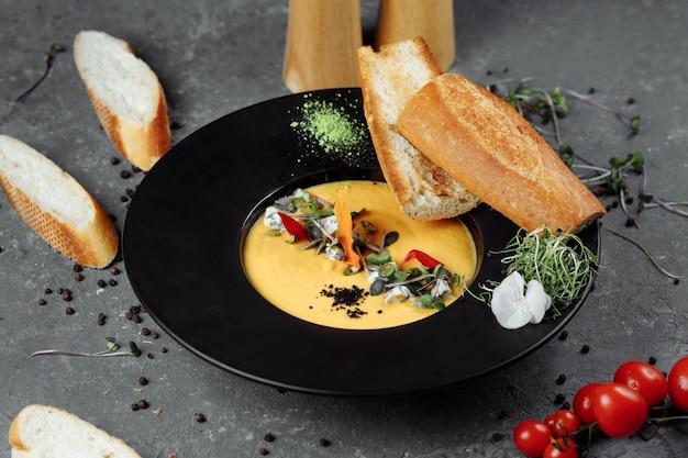 Soupe à la crème de potiron d'automne avec du bleu.