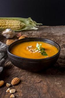 Soupe à la crème de potiron dans un bol